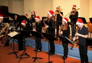 """Mit roten Nikolausmützen sorgte die Junior-Ausgabe der ReGy-Bigband unter Leitung von Manfred-Andreas Lipp für eine flotte """"Christmas""""."""