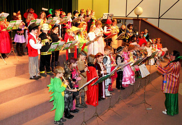 Phantasievolle Kostüme und erfrischende Musik präsentierten nach einer viermonatigen Grundausbildung auf der Blockflöte viele kleine Schüler unter Leitung von Karolina Wörle.